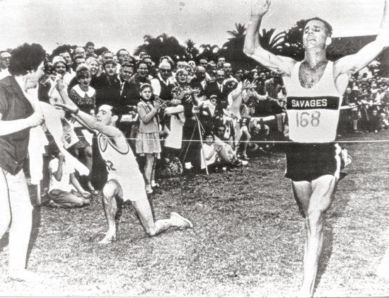 Registro histórico de corredores chegando à reta final da Comrades Marathon