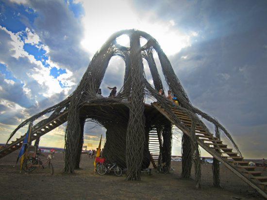 Estrutura do festival Afrikaburn com céu nebuloso como pano de fundo
