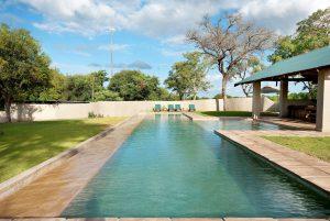 Vue de la piscine de Nottens Bush Lodge, réserve de Sabi Sand. Un excellent choix pour combiner safari et plage