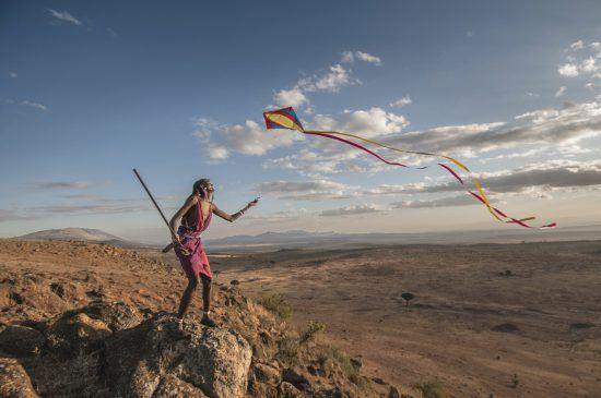 Ein Mann lässt einen Drachen im Rift Valley in Kenia steigen