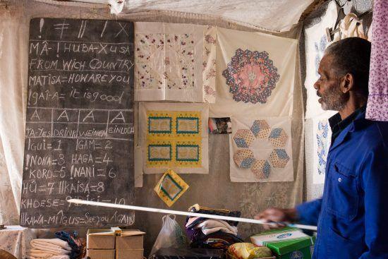 Mann unterrichtet in einem Zelt