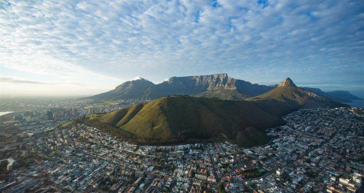 Vue panoramique sur la ville du Cap, la Montagne de la Table, Signal Hill et Lion's Head.