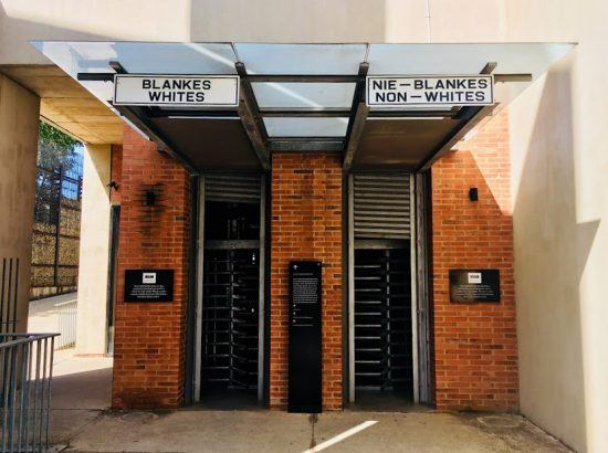 Entrada al Museo del Apartheid.