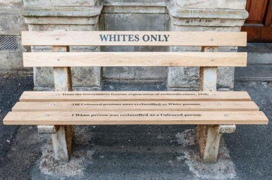 """Eine Bank mit der Aufschrift """"Whites only"""" - Apartheid in Südafrika"""