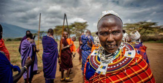 Massai in bunter Kleidung mit traditionellen Waffen