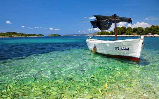 Ein Boot im Wasser in Sansibar