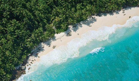 Weißer Sandstrand und türkisblaues Meer aus der Vogelperspektive, Seychellen