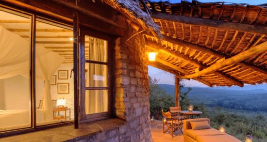 Außenansicht eines Fensters, im Zimmer ein Bett, Außen Landschaft