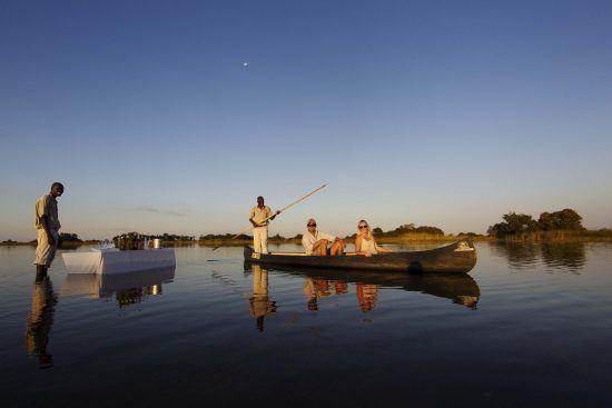 Im Camp Okavango erlebt man das Flussdelta aus nächste Nähe – selbst beim Sundowner.