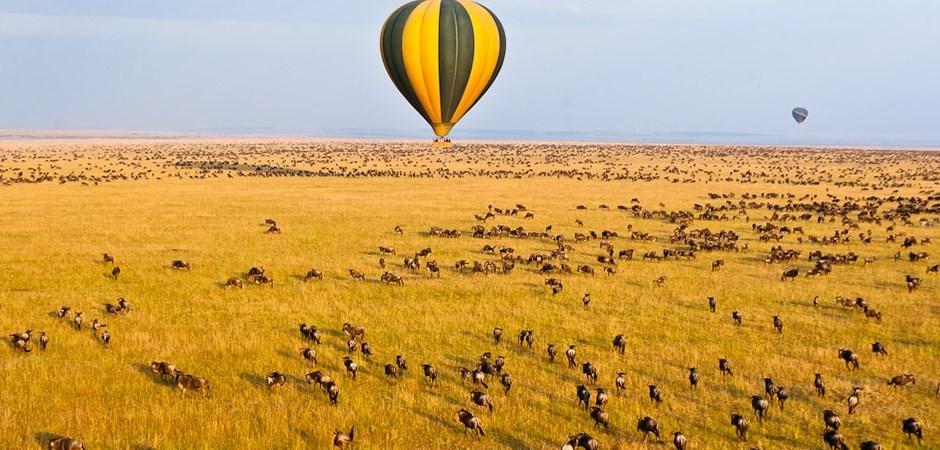 Survoler le Serengeti en montgolfière est l'une des activités idéales pour une lune de miel réussie.