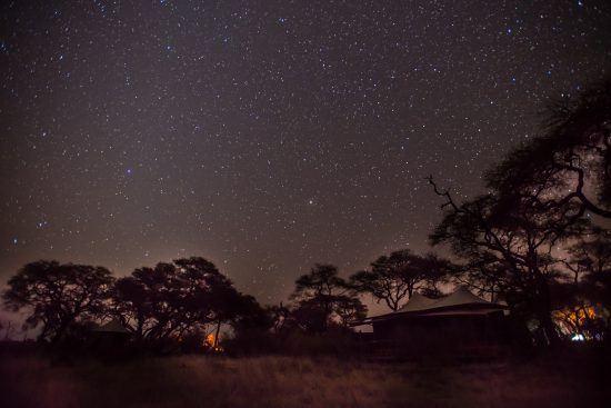 Im Somalisa Camp wirds nachts gänzlich auf Energie verzichtet – umso schöner zeigt sich der Sternenhimmel.