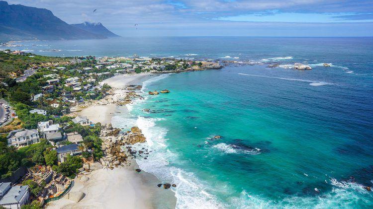 Plage de sable blanc de Clifton en Afrique du Sud