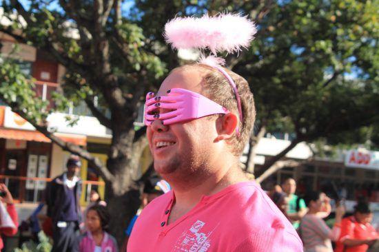 Blonder Mann im pinken Kostüm beim Pink Loerie Mardi Gras and Arts Festival