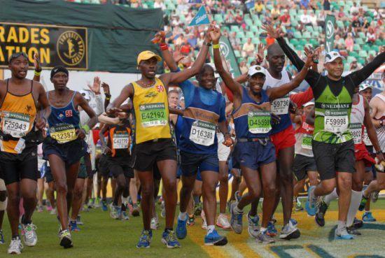 Corredores na linha de chegada da Comrades Marathon