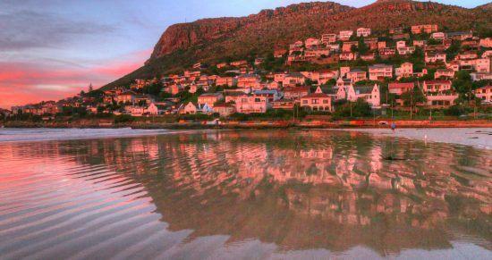 Céu parcialmente rosa em Fish Hoek em Cape Town