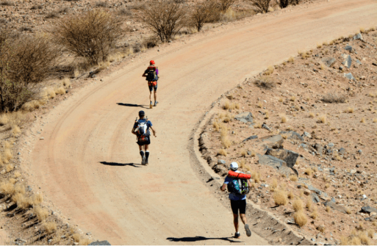 Corredores percorrendo o deserto Kalahari durante edição da Kalahari Augrabies Extreme Marathon