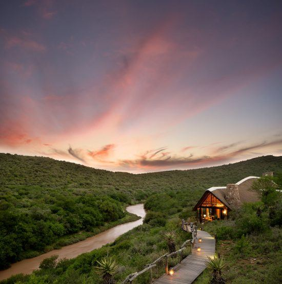 Kwandwe Great Fish River Lodge am Fluss bei Sonnenuntergang