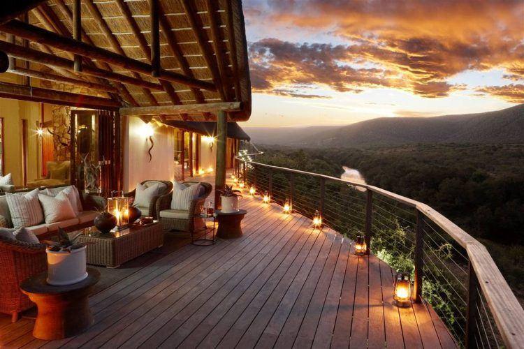 Deck et terrasse panoramique du Kwandwe Great Fish River Lodge à Kwandwe.