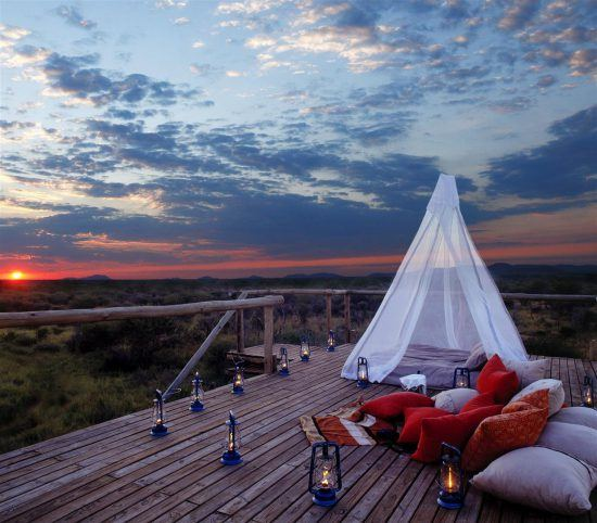 Deck durante o pôr-do-sol no Makanyane Safari Lodge