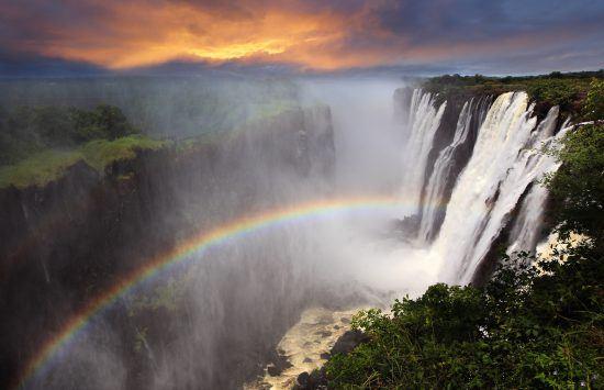 Cataratas Vitória adornada por um místico arco-íris