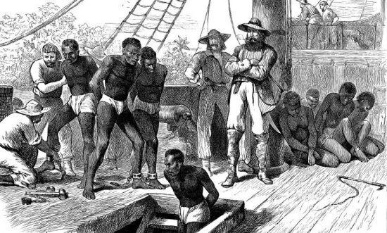 Semelhanças entre Brasil e África do Sul — Pintura mostra escravos sendo trazidos para um navio durante o período de tráfico transatlântico de escravos
