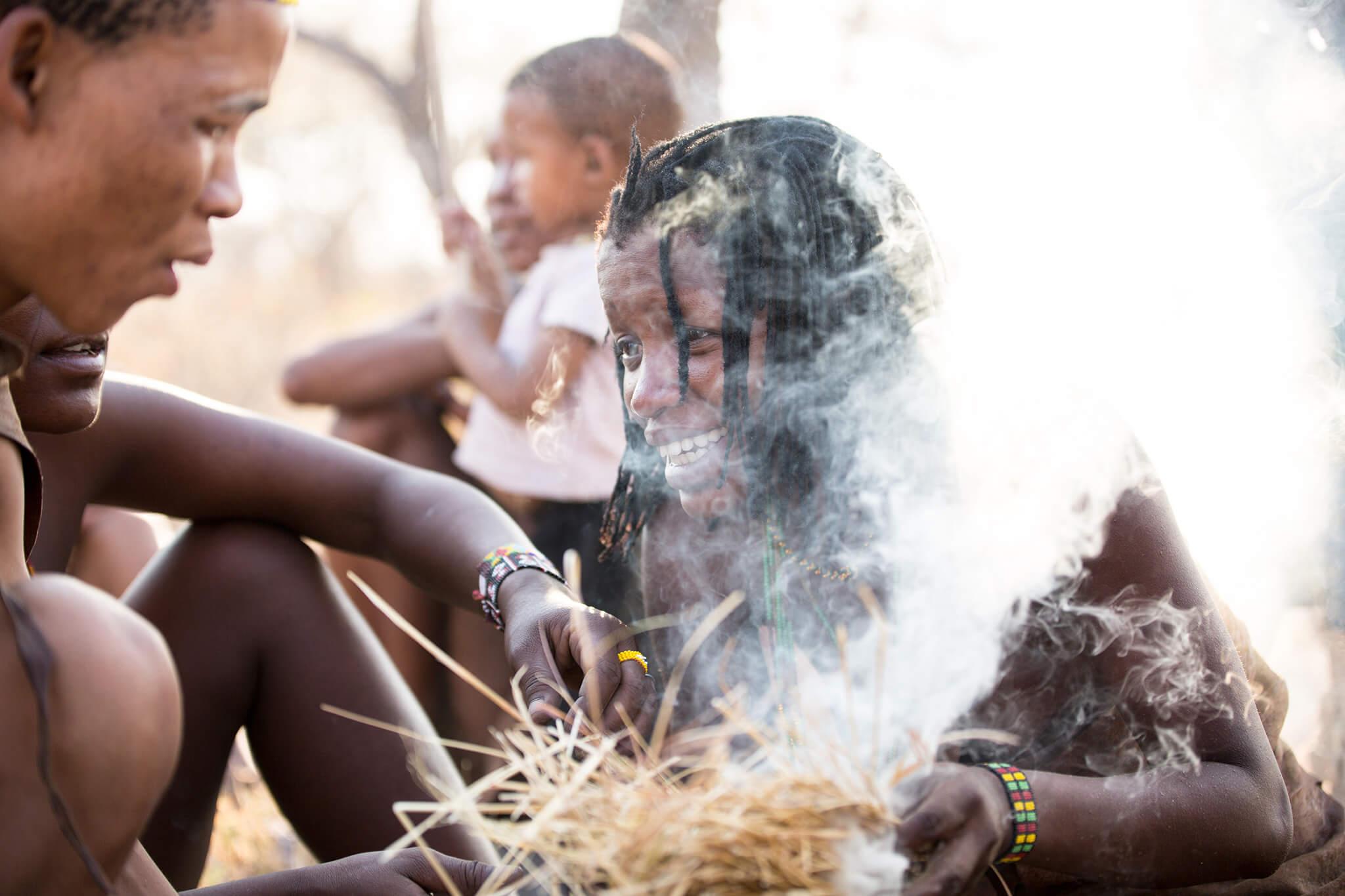 Início de preparado de uma fogueira, Botsuana