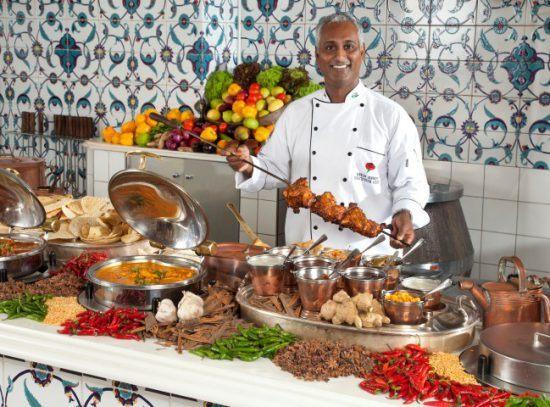 Koch präsentiert seine leckeren Speisen im The Oyster Box Hotel in Durban