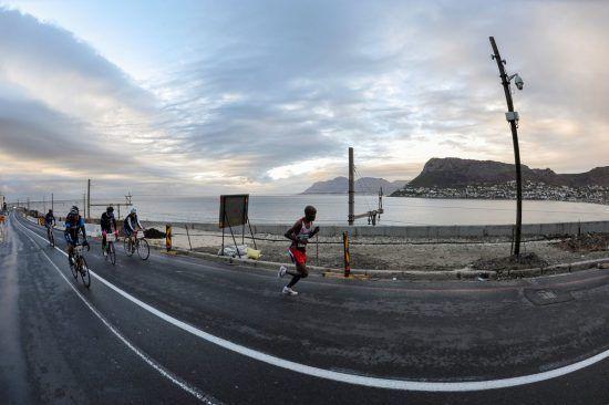 Corredores participando da Two Oceans Marathon, em Cape Town