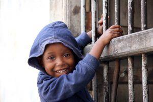 Enfant jouant dans les rues de Stone Town, Stone Town, Zanzibar