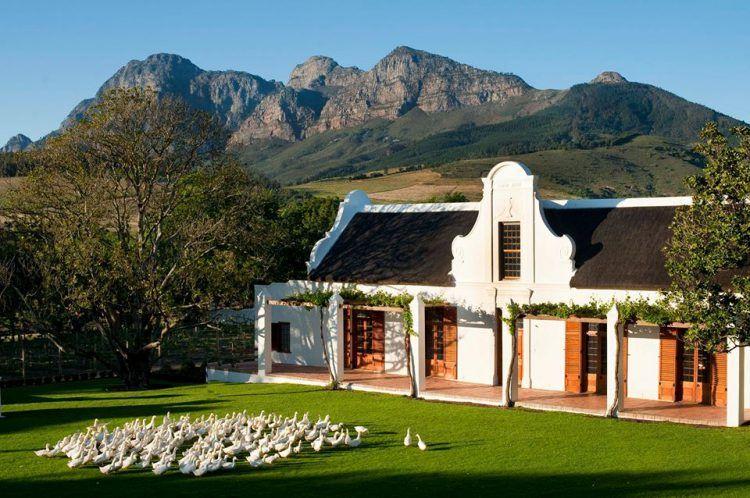 Manoir Cape Dutch architecture et montagnes à Babylonstoren
