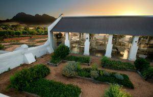 Restaurant Babel et sa verrière au coucher de soleil chez Babylonstoren.