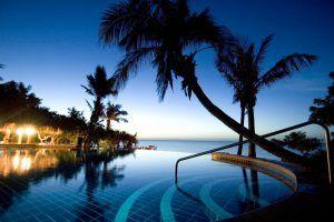 Vue de la piscine à débordement d'Anantara Bazaruto, resort idéal pour combiner safari et plage