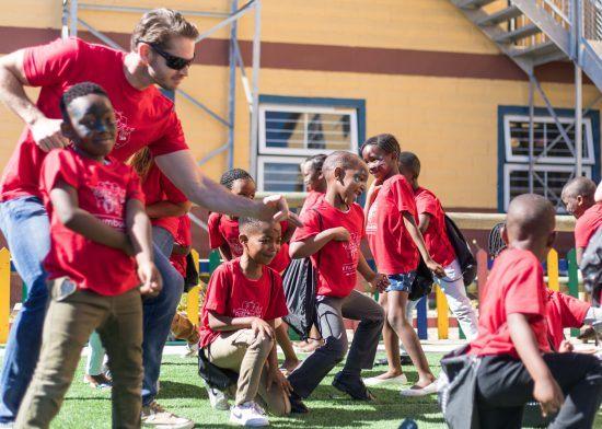 Tanzende und lachende Kinder in Khumbulani