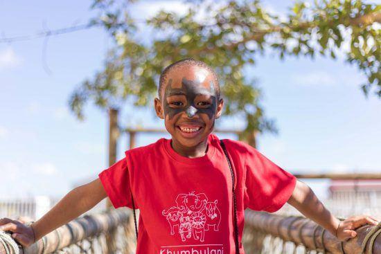 Glückliches Kind im Khumbulani Day Care Centre