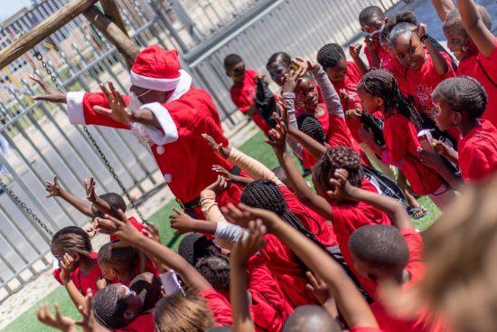 Weihnachtsmann spielt mit den Kindern