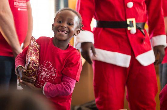 Kind mit Weihnachtsgeschenk