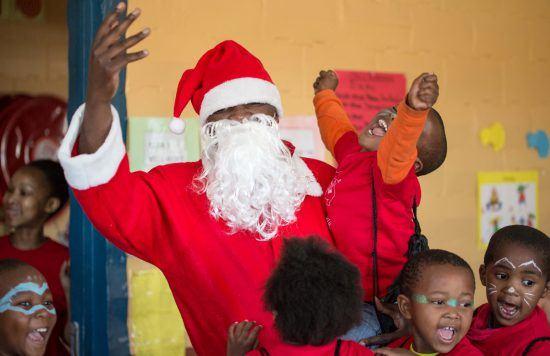 Kind jubelt mit dem Weihnachtsmann