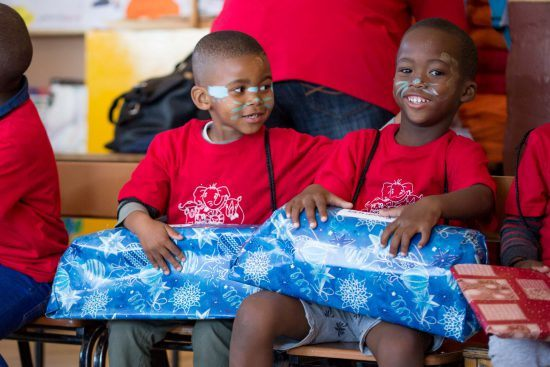 Kinder erfreuen sich an Geschenken!
