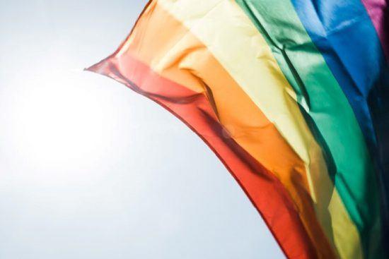 Die bunte LGBT-Flagge weht im Wind