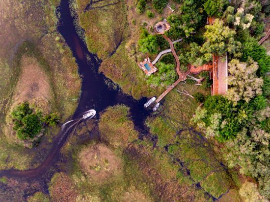 Die grüne Landschaft sowie Wasserwege des Okavango Delta aus der Vogelperspektive