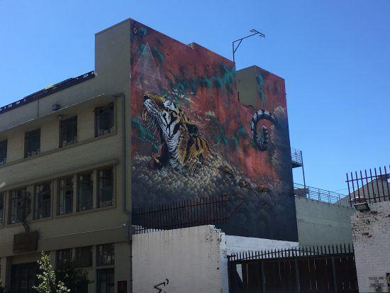 Buntes Tiger-Graffiti an einer Hauswand in Maboneng