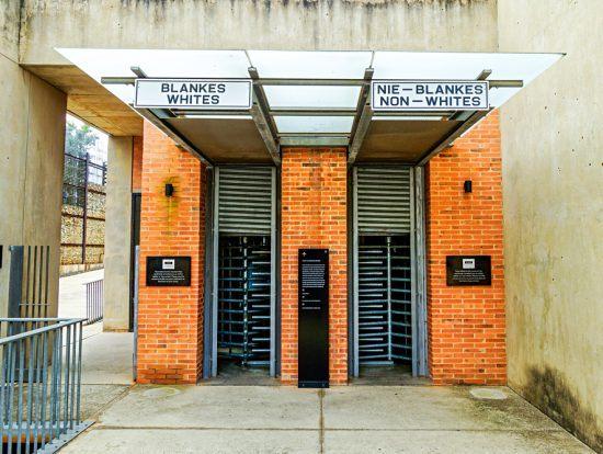 Entrada do Museu do Apartheid em Joanesburgo
