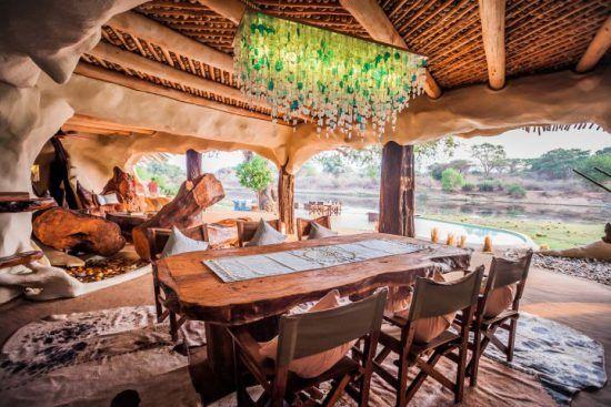 Der offene Essensbereich des Chongwe River House mit Blick auf die wasserreiche Umgebung