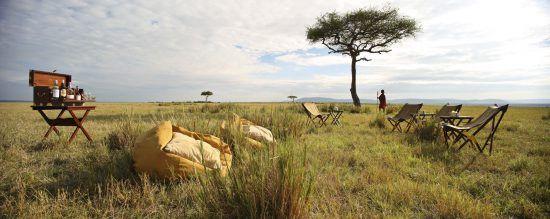 Liegestühle und Sitzsäcke mitten in der Savanne von Kenia