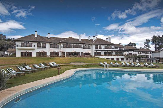 Blick auf das Anwesen und Pool des Mount Kenya Safari Club in Kenia