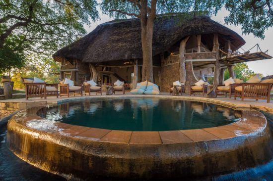 Ein Erfrischungspool vor einer Unterkunft des Luangwa Safari House
