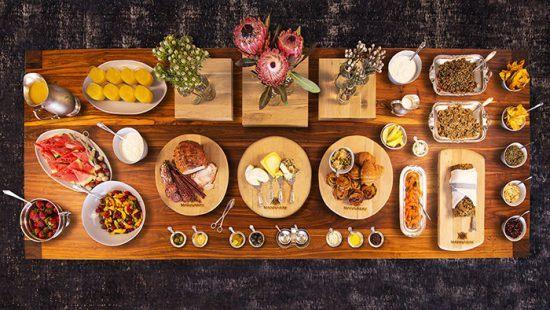 Der Holztisch voller Köstlichkeiten