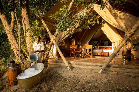 Mann bereitet ein Schaumbad vor einem luxuriösen Zelt vor