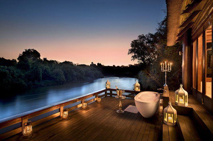 Terrasse privée du lodge safari Royal Chundu, Relaix & Château, avec baignoire en extérieure