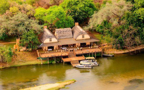 Die Royal Zambesi Lodge am Ufer des Sambesi aus der Vogelperspektive
